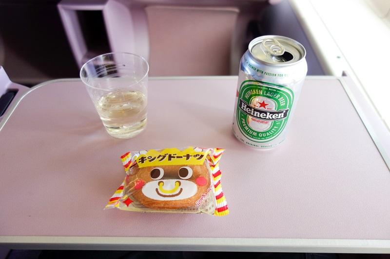 成田=台北のチャイナエアライン機内で提供されたキングドーナツとドリンク類