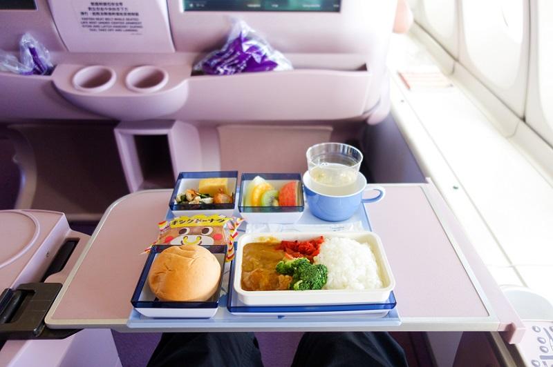 成田=台北のチャイナエアライン機内で提供された機内食のカレーライス
