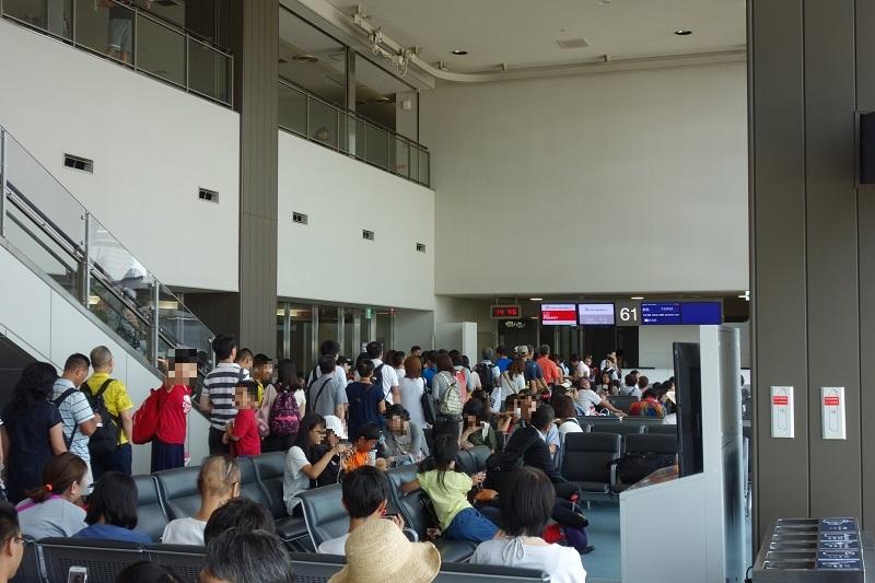CI101便の搭乗待ちの乗客の列