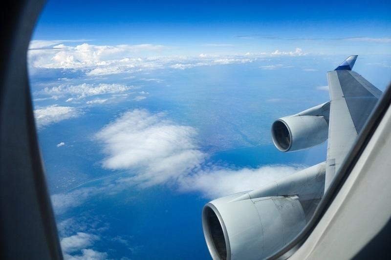 アッパーデッキから見たエンジンと翼の景色