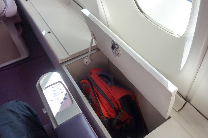B747アッパーデッキの窓側席の荷物棚