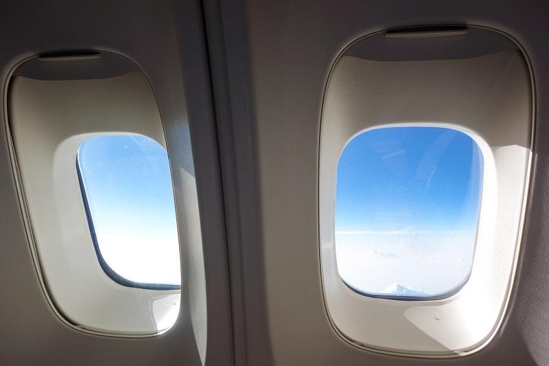 B747のアッパーデッキ特有の厚い窓