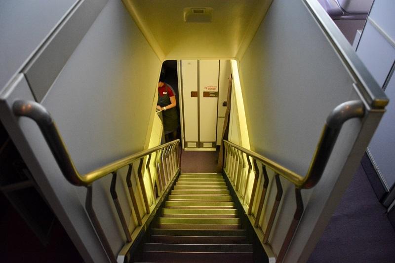 アッパーデッキからメインデッキへの階段
