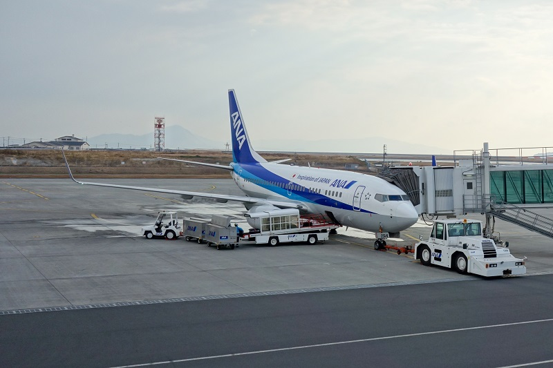 岩国空港に駐機するANAのB737-700型機