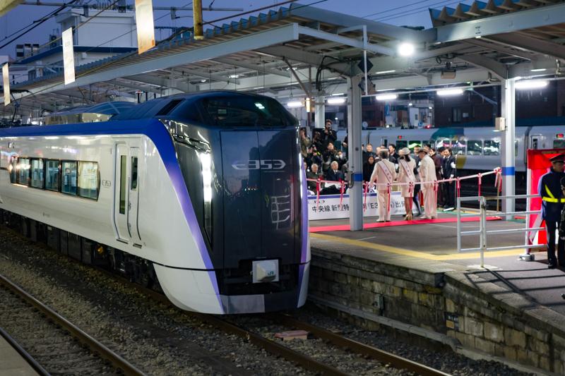 E353系新型スーパーあずさの出発式典開催中の松本駅ホーム