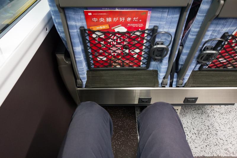 E353系スーパーあずさの普通席の足元の広さ