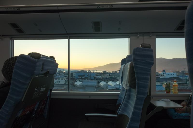 E353系スーパーあずさ車内から見る諏訪湖と朝日