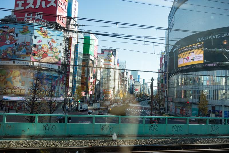 特急あずさ車内から見た新宿の様子