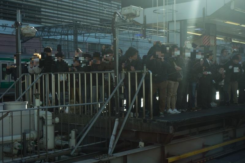 E353系新型スーパーあずさデビュー列車を一目見ようと新宿駅ホームに集結した鉄道ファン