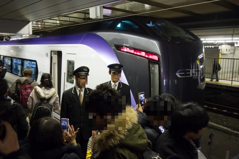 新宿駅にて写真撮影に応じるE353系新型スーパーあずさデビュー列車に乗務した乗務員