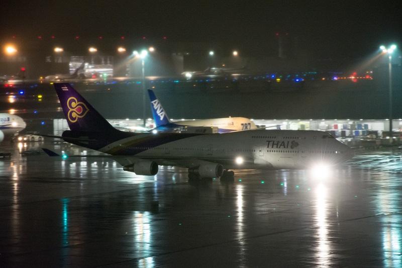 羽田空港に駐機するタイ国際航空のB747-400型機