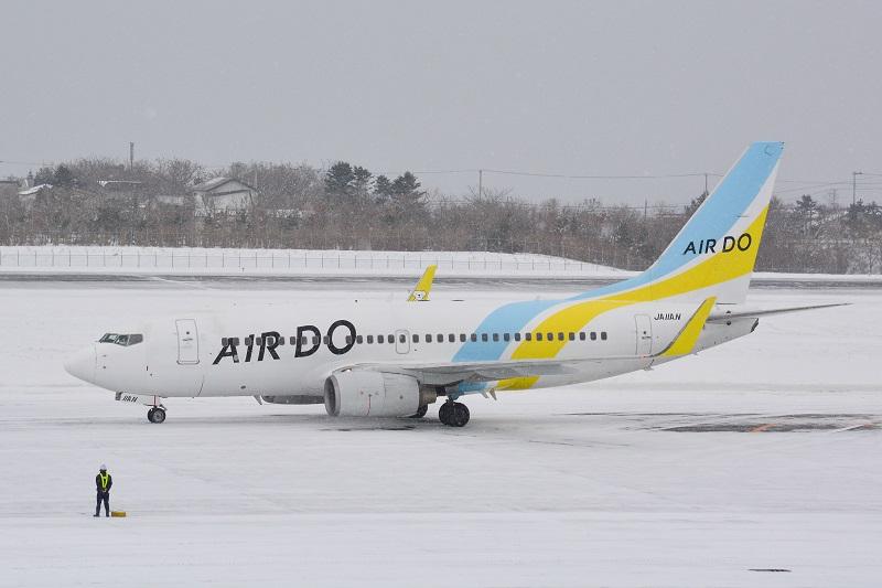 函館空港に駐機するAIR DOのB737-700型機