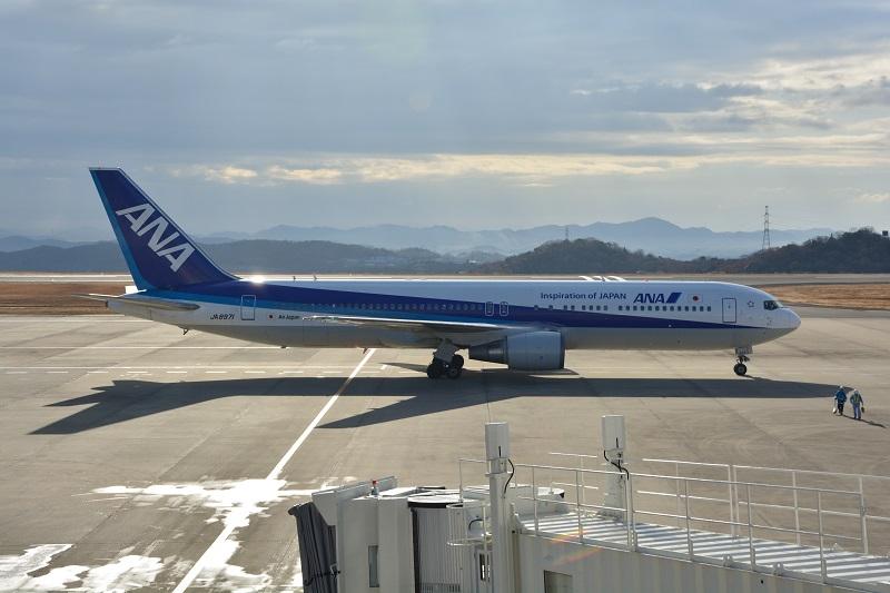 岡山空港に駐機するANAのB767-300型機