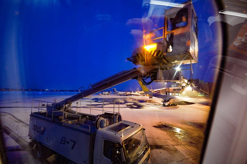 バニラエアのA320からの冬の新千歳空港の機窓