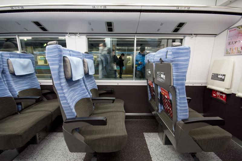 E353系スーパーあずさの青色が鮮やかな枕付き普通席