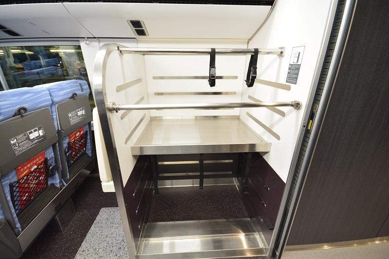 E353系スーパーあずさ車内に設置された荷物置き場