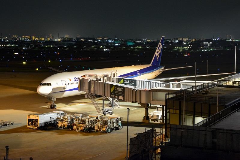 伊丹空港に駐機するANAのB777-300ER型機