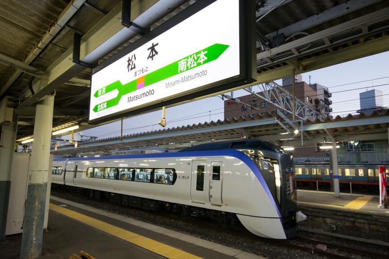 松本駅に停車する新型スーパーあずさのE353系