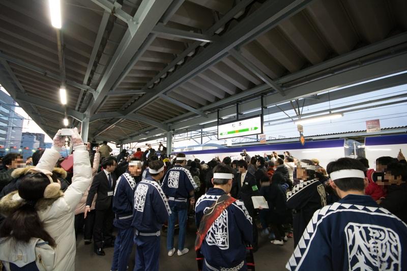 E353系出発式典で混雑する松本駅のホーム
