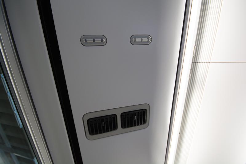 E353系スーパーあずさの座席上部のランプと個別空調