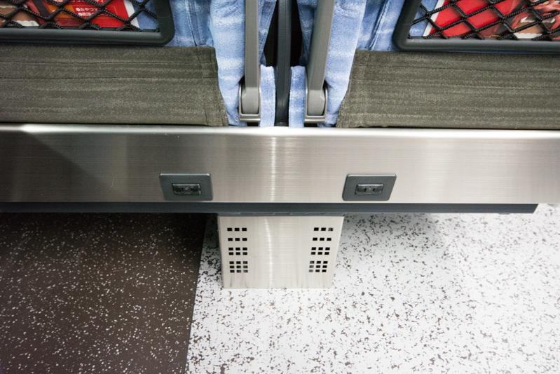 E353系スーパーあずさの座席に設置された個人用電源