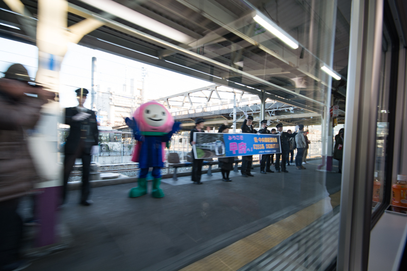 E353系新型スーパーあずさの到着を歓迎する甲府駅の職員