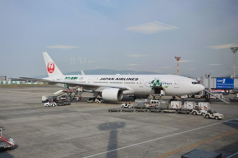 伊丹空港に駐機するJALのB777-200型機