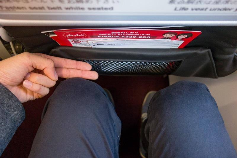 指2本分のエアアジア・ジャパンの座席の足元スペース