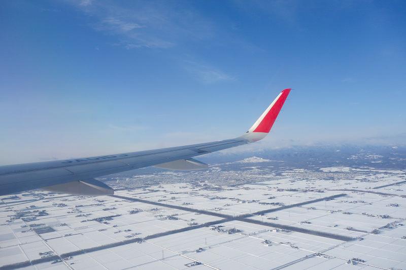 雪が一面に降り積もる北の大地を上空から