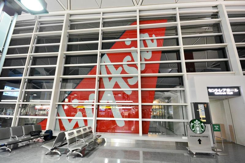 窓に描かれたエアアジア・ジャパンの垂直尾翼のモニュメント