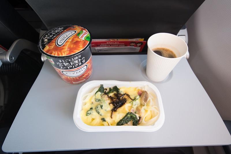 機内食と付属品のスープとコーヒー