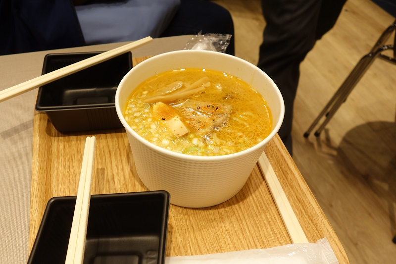 羽田空港国際線ターミナル出発ロビーで食べた味噌ラーメン