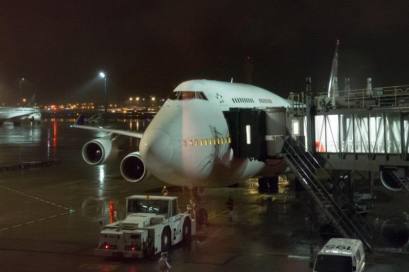 搭乗前に撮影した搭乗機B747-400型機