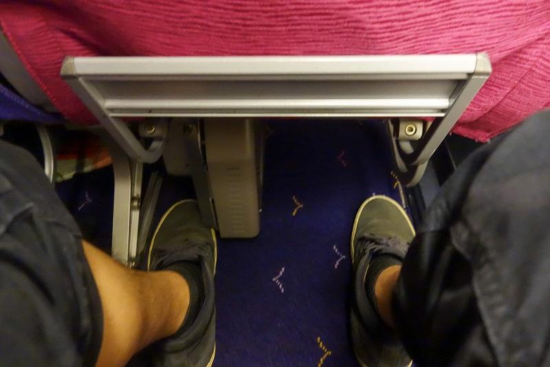 座席下の足元にあるエンタメ関連機器収納ボックス