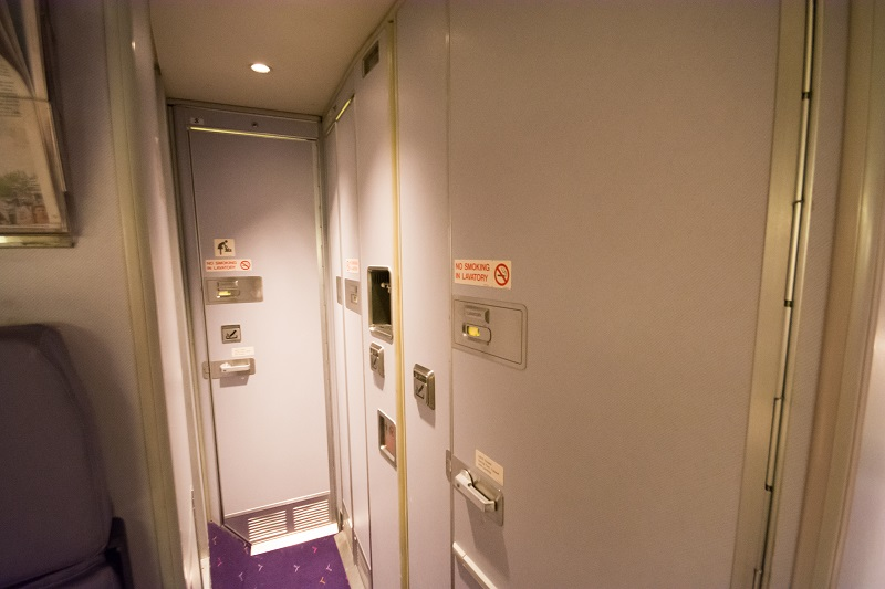 機内最後部の6部屋のトイレ