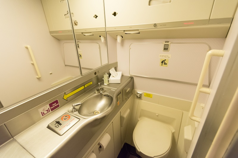 余裕あるスペースの機内トイレ