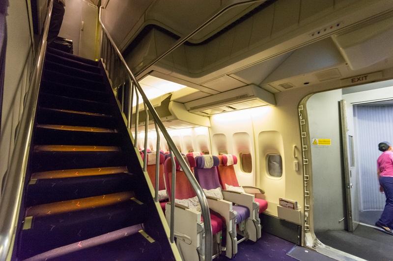 B747-400型機のアッパーデッキへの階段
