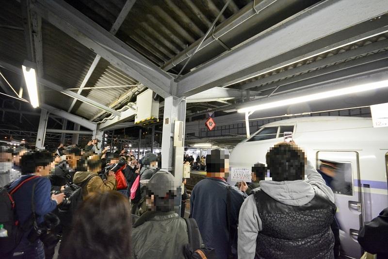 E351系特急スーパーあずさの引退を惜しむ松本駅の鉄道ファン