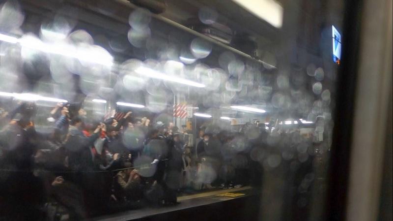 E351系特急スーパーあずさのラストランを見送る鉄道ファン