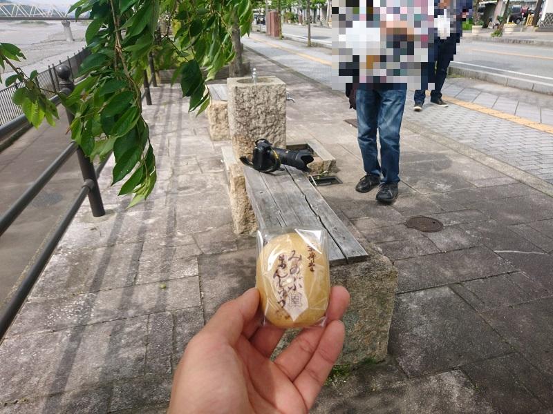 ゆるキャンのキャラが身延饅頭を食べたベンチと身延饅頭