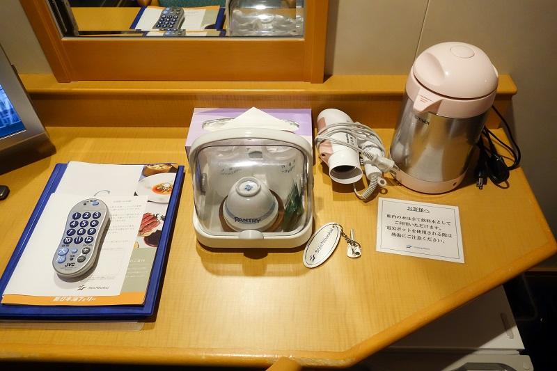 客室内備え付けの給湯器、ドライヤー、お茶セット