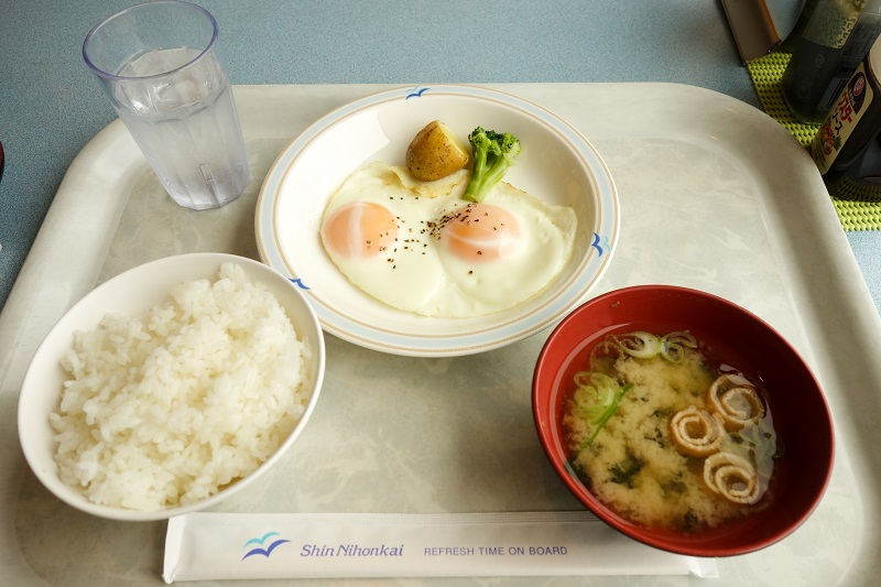 朝食のご飯とお味噌汁と目玉焼き