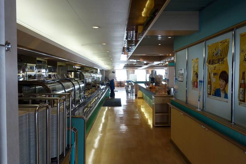 カフェテリアスタイルの船内レストラン