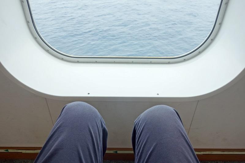 プロムナードの座席の足元の広さ