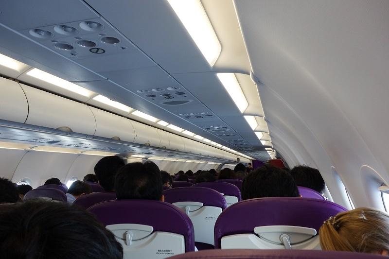 ほぼ満席の機内の様子
