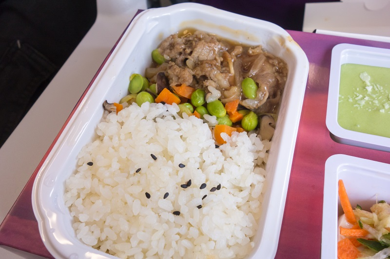 牛肉弁当のメイン料理の牛肉の炒め物とご飯