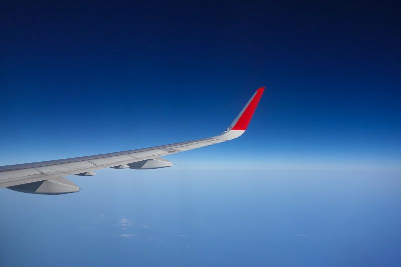 機内からの真っ青の空の眺め