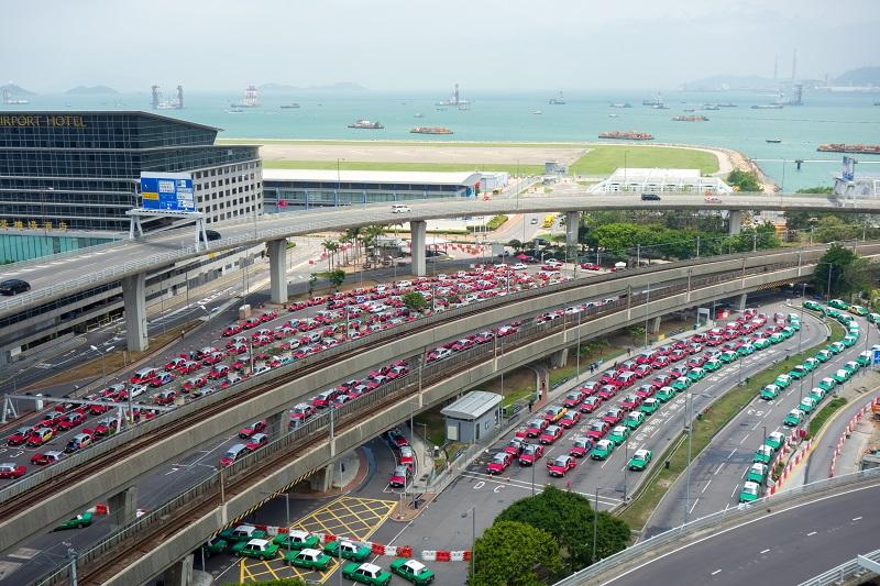 一面に並んだ赤と緑のタクシーの行列