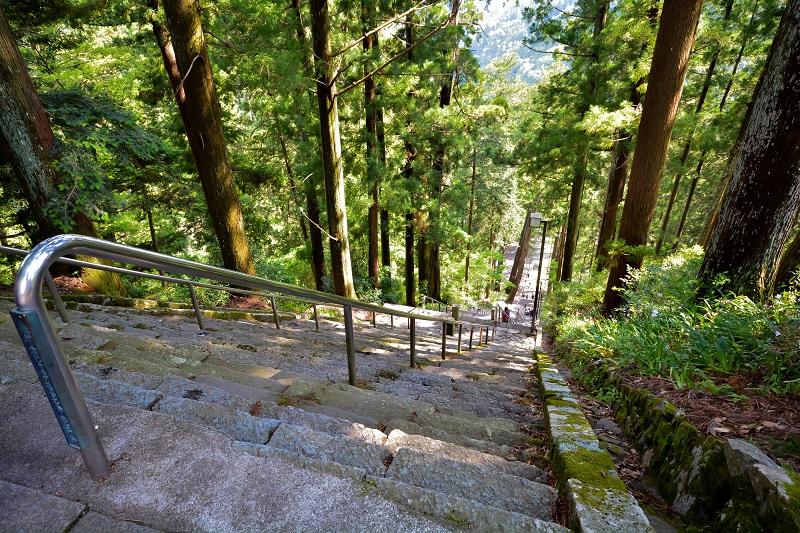 久遠寺から正門までの急角度の階段