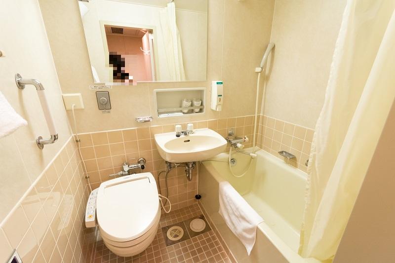客室内に完備されたトイレとバス